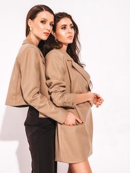 Deux jeunes belles filles brune dans de beaux vêtements de costume d'été à la mode