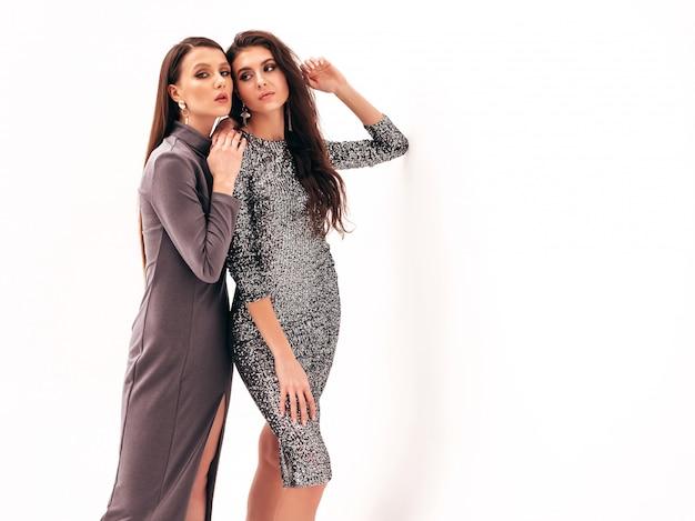 Deux jeunes belles filles brune en jolie robe brillante d'été à la mode