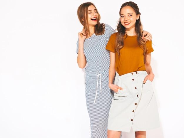 Deux jeunes belles filles souriantes dans des vêtements décontractés d'été à la mode. femmes insouciantes sexy. modèles positifs