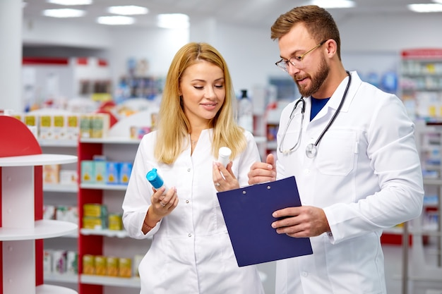 Deux jeunes collègues caucasiens en robe médicale blanche
