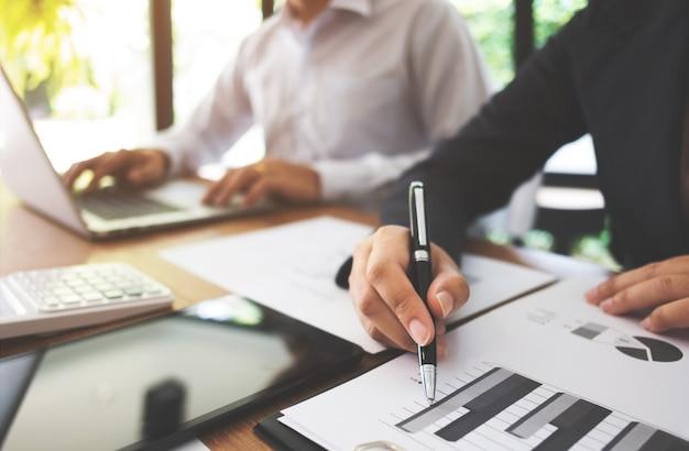 Deux jeunes consultants partenaires travaillant sur l'investissement dans l'évaluation des ressources de données
