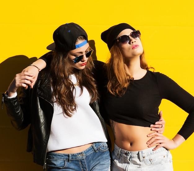 Deux jeunes copines à lunettes s'amusant
