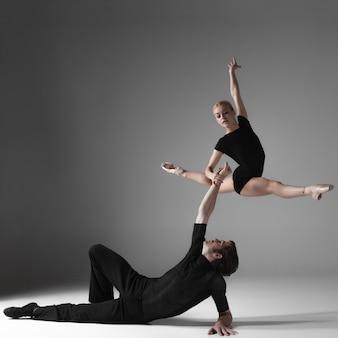 Deux jeunes danseurs de ballet modernes sur gris