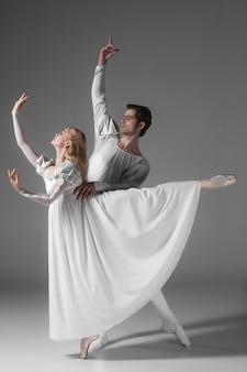 Deux jeunes danseurs de ballet pratiquant. artistes de danse attrayants en blanc