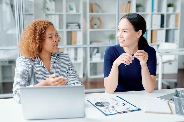 Deux jeunes directeurs financiers assis par 24 au bureau