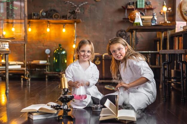 Deux jeunes enfants mènent des expériences chimiques intéressantes avec de la fumée à l'école. éducation