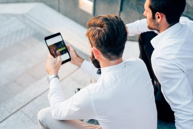 Deux jeunes entrepreneurs modernes posant