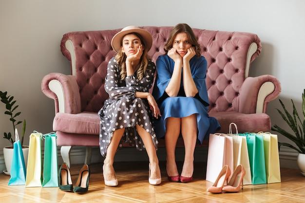 Deux jeunes femmes accros du shopping sérieusement mécontentes