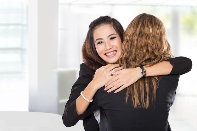 Deux jeunes femmes d'affaires se réconcilient