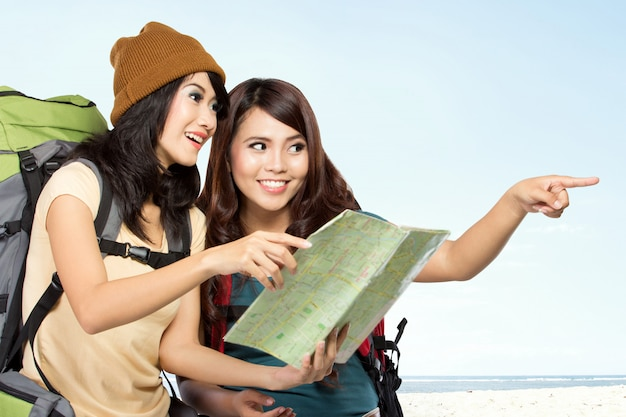Deux jeunes femmes asiatiques en voyage