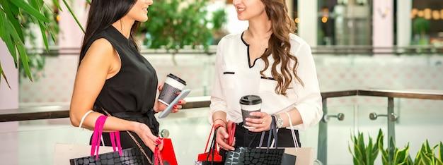Deux jeunes femmes au centre commercial