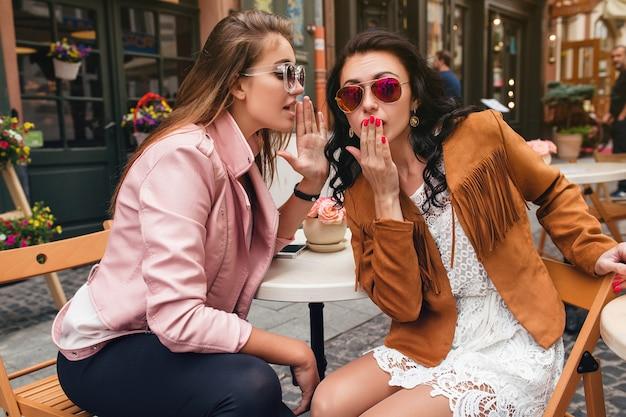 Deux jeunes femmes belles hipster assis au café