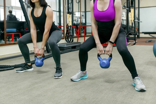 Deux jeunes femmes en bonne santé, faire des exercices avec poids