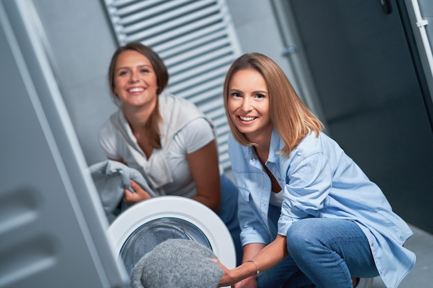Deux jeunes femmes dans la buanderie