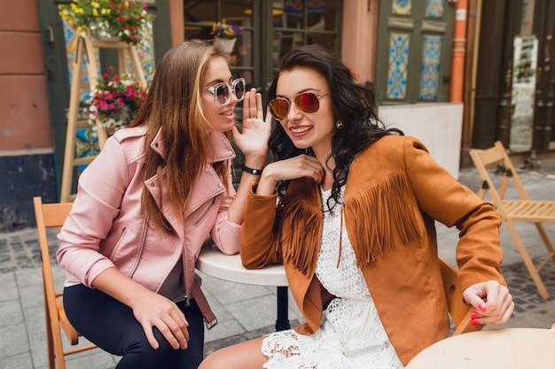 Deux jeunes femmes élégantes assis au café