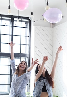 Deux jeunes femmes ensemble