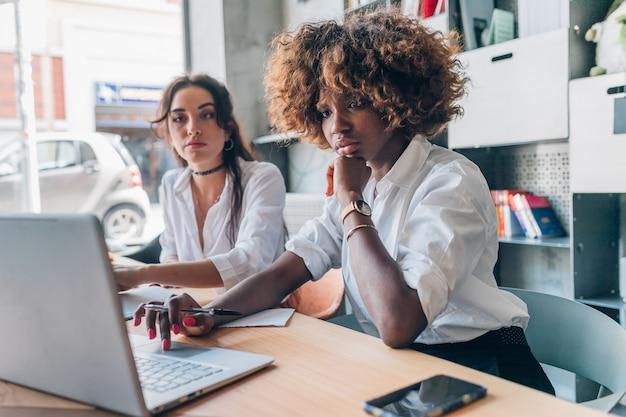 Deux, jeunes femmes, de, équipe créative, travailler intérieur