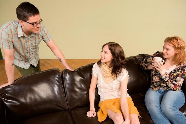 Deux jeunes femmes parlant à l'homme