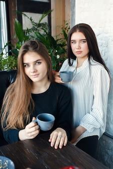 Deux jeunes femmes prenant un selfie avec un téléphone intelligent dans le centre-ville