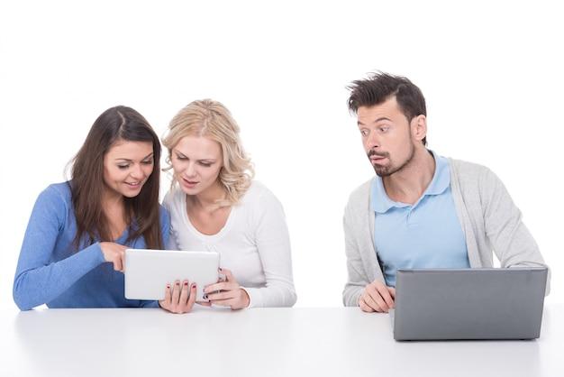 Deux jeunes femmes regardent tablette.