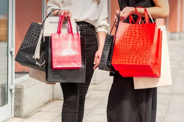Deux jeunes femmes avec des sacs à provisions