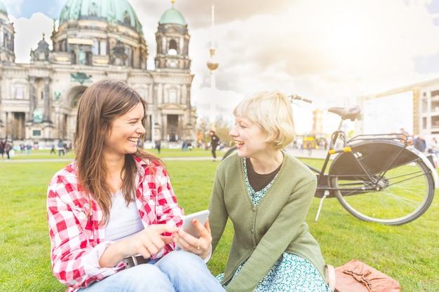 Deux jeunes femmes se détendent à berlin
