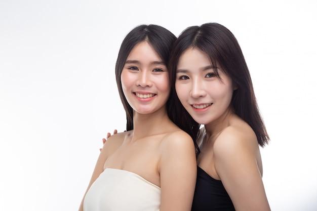 Deux jeunes femmes se sont heureusement levées par derrière.