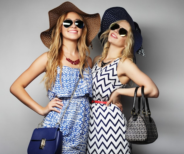 Deux jeunes femmes sexy