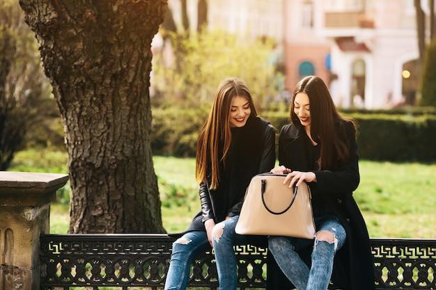 Deux jeunes filles adultes