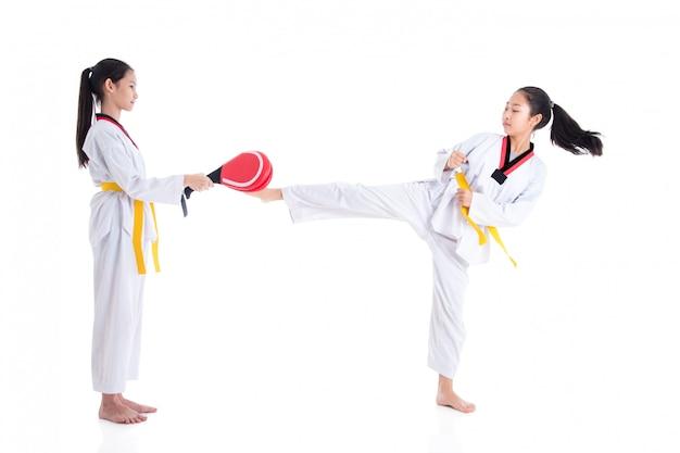Deux jeunes filles asiatiques ayant une formation de taekwondo