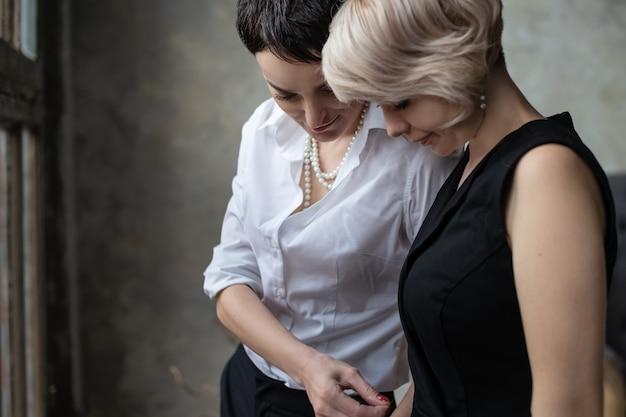 Deux jeunes filles blonde et brune se tiennent près l'une de l'autre