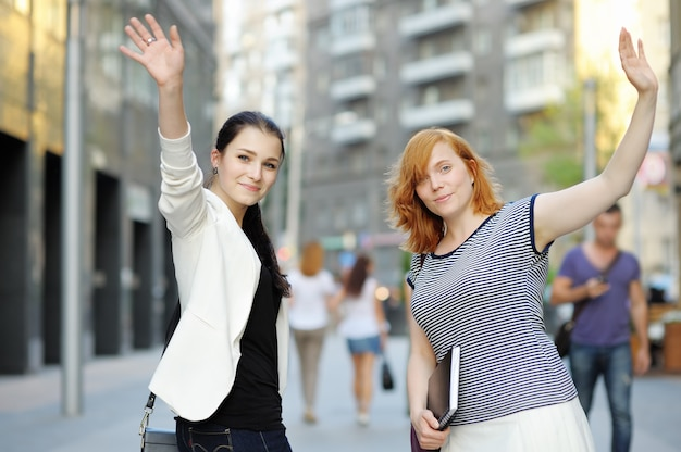 Deux jeunes filles ensemble dans une ville