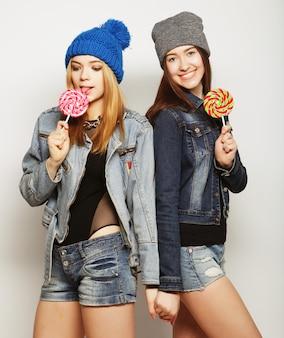 Deux jeunes filles hipster meilleures amies