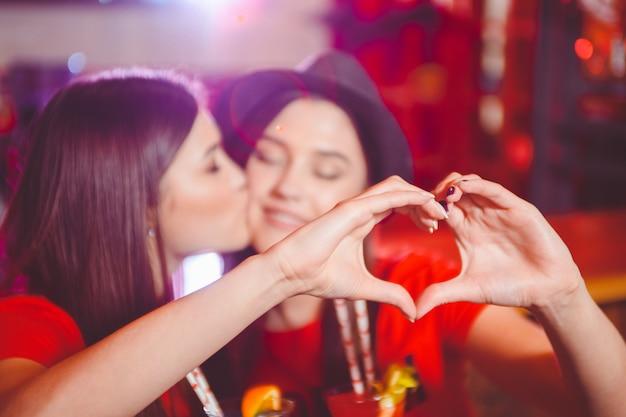 Deux jeunes filles lesbiennes s'embrassent