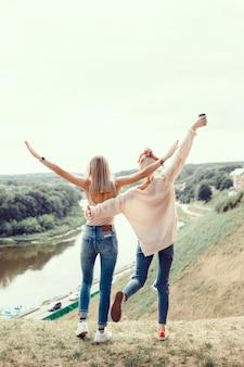 Deux jeunes filles soeurs posant dans la rue, faire selfie