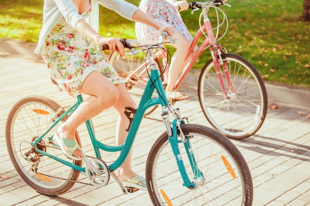 Les deux jeunes filles à vélo dans le parc