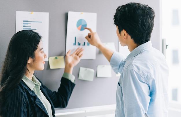 Deux jeunes gens d'affaires discutent des plans à venir