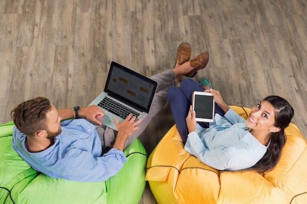 Deux jeunes gens d'affaires travaillant dans le bureau trendy