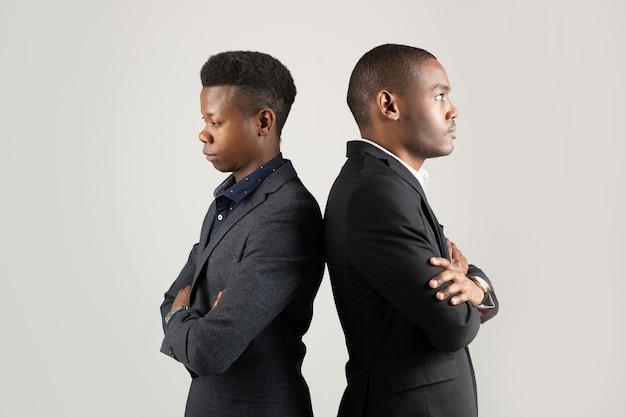 Deux jeunes hommes africains en costumes