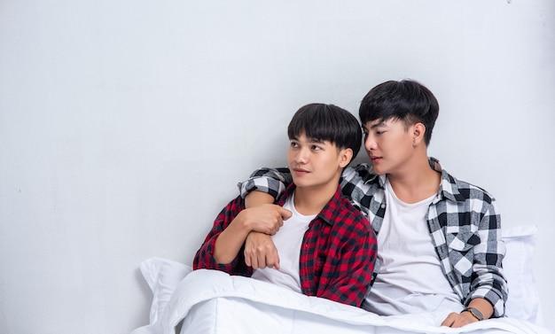 Deux jeunes hommes bien-aimés dormaient ensemble au lit.