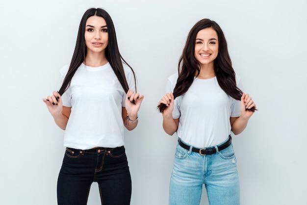 Deux jeunes mannequins tenant leurs cheveux!