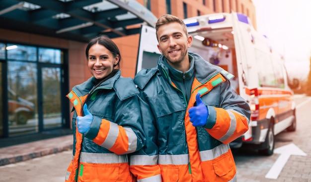 Deux jeunes médecins confiants sur l'ambulance et l'hôpital