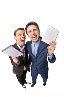 Deux jeunes qui offrent des dvd à vendre