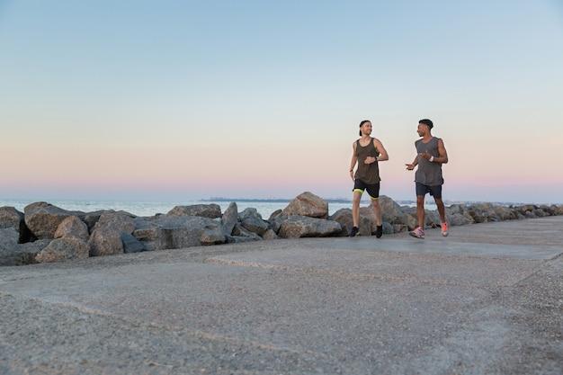 Deux jeunes sportifs courir ensemble