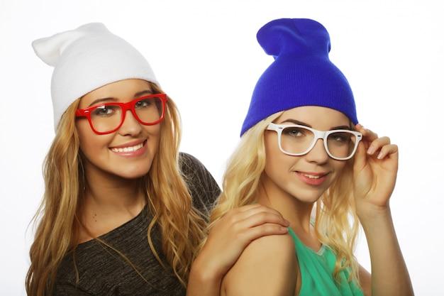 Deux jolies copines adolescentes souriant et s'amusant