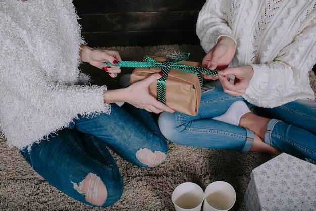 Deux jolies femmes avec des cadeaux pour noël, vue rapprochée