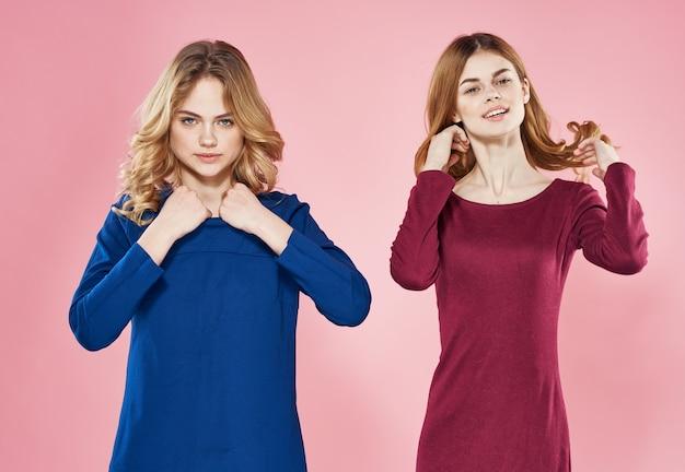 Deux jolies femmes style de communication élégant mode vue recadrée de studio. photo de haute qualité