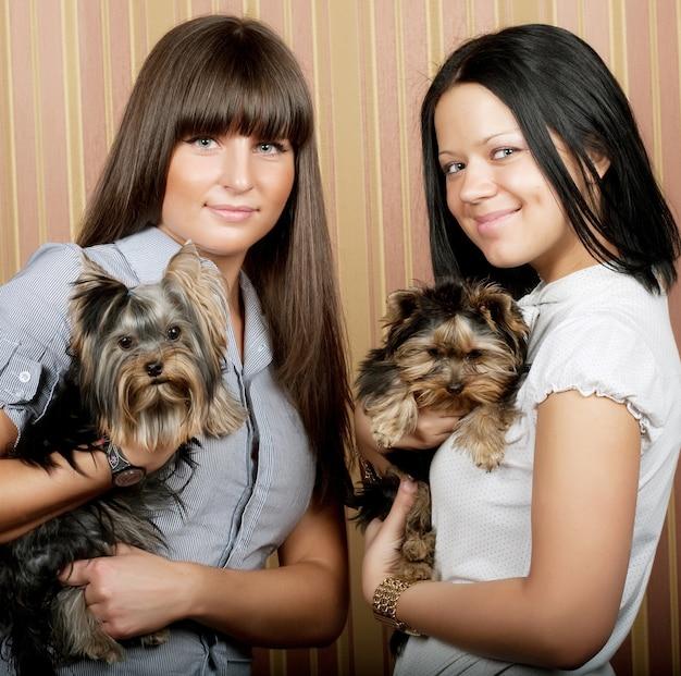 Deux jolies filles avec des chiots