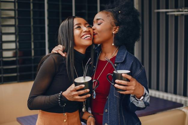 Deux jolies filles dans un café