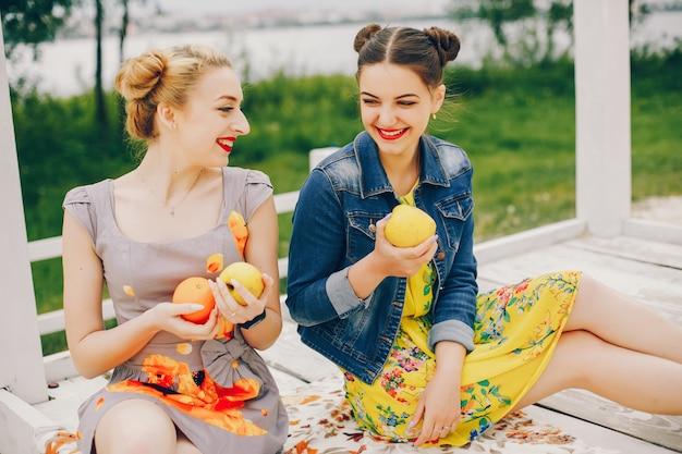 Deux jolies filles dans un parc d'été